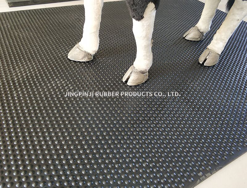 Non - slip thermal insulation mat for livestock and poultry